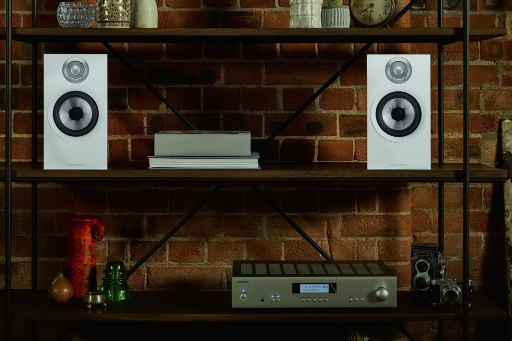 Bowers-Wilkins-607-S2-Anniversary-Edition-Matte-White-Shelf-with-Rotel-A11-Front-scaled.jpg